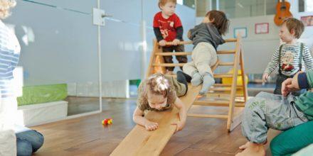 Kinder Zwergengarten rutschen klettern balancieren toben