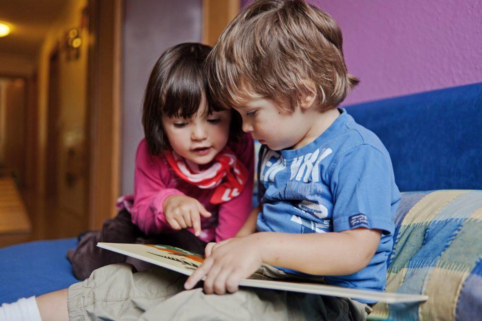 Kinder beim Lesen im Zwergengarten