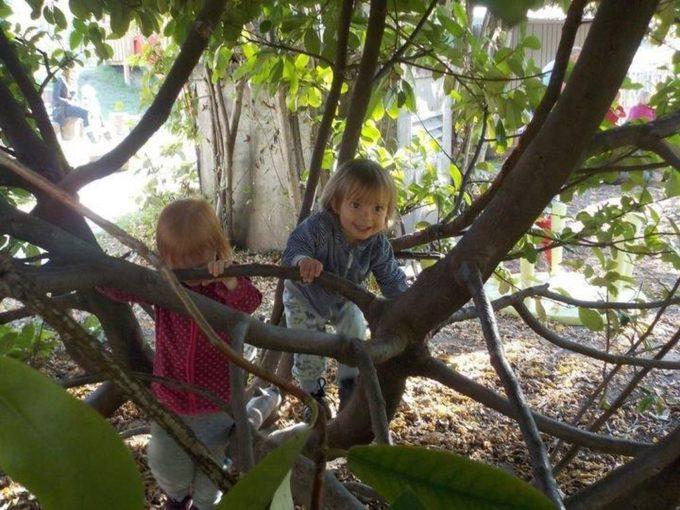 Kinder spielen draußen im Garten des Zwergengarten Am Damm