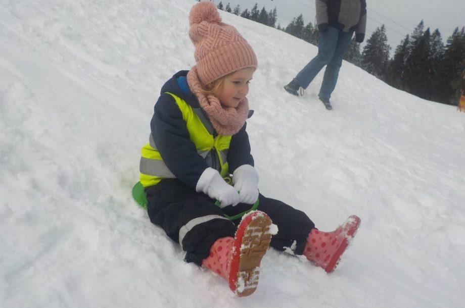 Kind vom Zwergengarten Am Damm spielt im Schnee