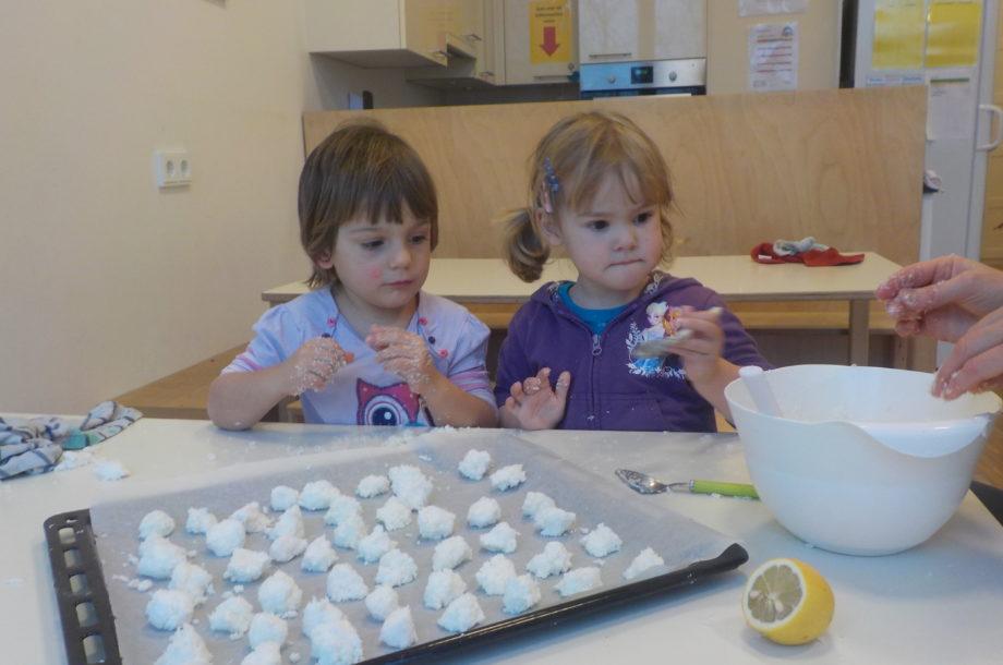 Kinder backen im Zwergengarten KICA Kekse