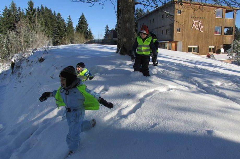 Erste Schneeerlebnisse im Zwergengarten Kastenlangen
