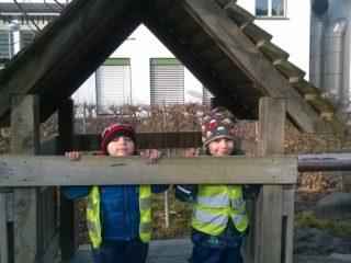 Kinder des Zwergengarten Haselstauden spielen auf dem Spielplatz