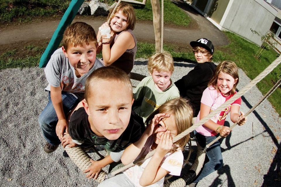 Schüler genießen ihre Freizeit draußen in der Schülerbetreuung