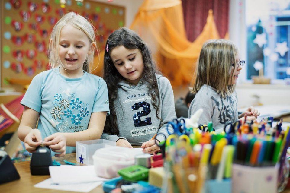 Schüler malen in der Schülerbetreuung