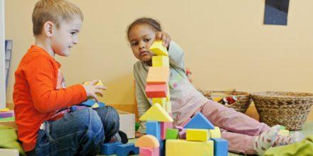 Kinder bauen Bauklötze Turm Zwergengarten