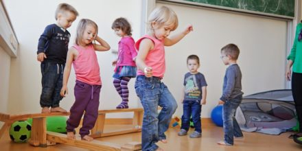 Kinder Zwergengarten Bewegung balancieren konzentrieren