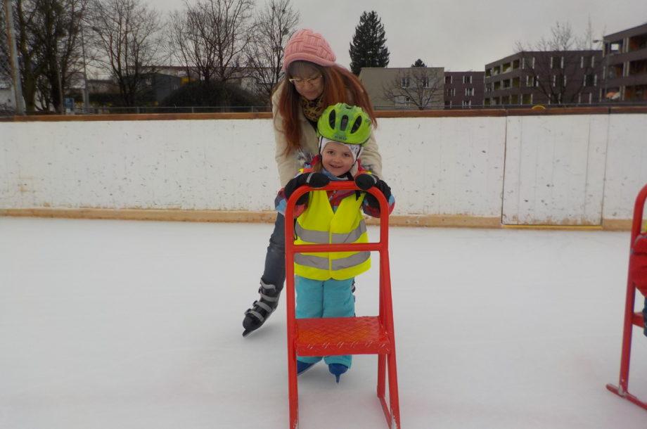Kinder vom Zwergengarten am Bach das erste Mal auf dem Eis