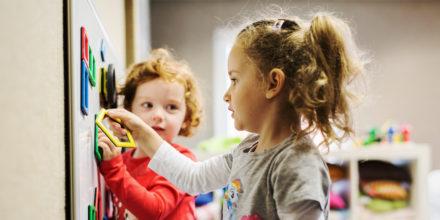 Kinder Zwergengarten Spielen neugierig entdecken