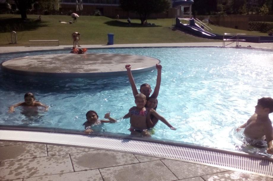 Die Ferienbetreuung Bürs verbringt die heißen Sommertage im Schwimmbad.