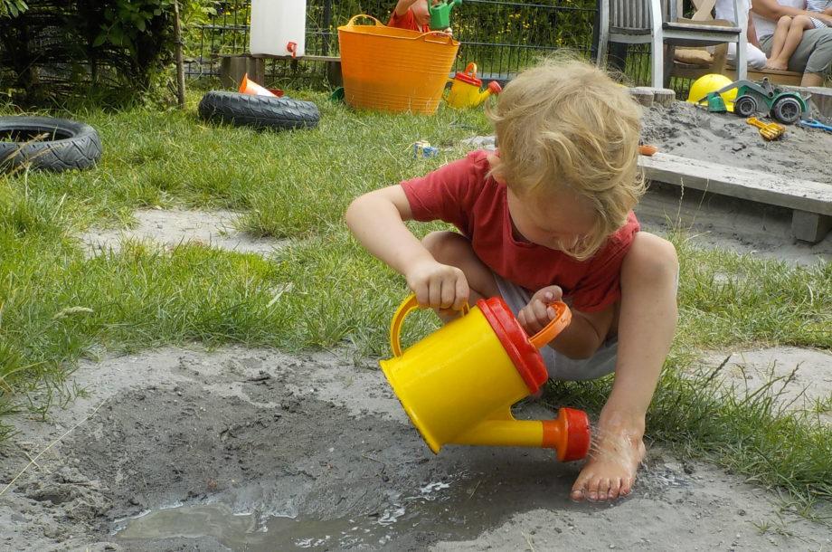 Zwergengarten Kinder im Element Pritscheln mit Wasser