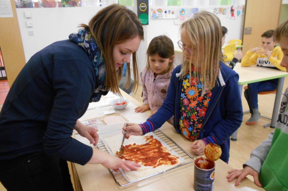Volksschule Rankweil: Wir backen eine Pizza