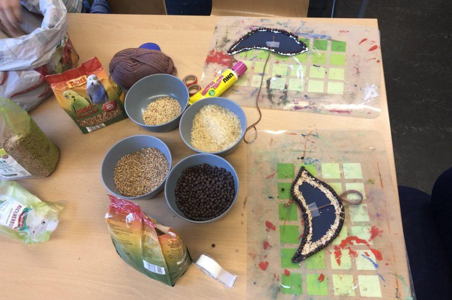 Volksschule Höchst: Kreative Fensterbilder zaubern