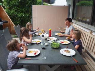 Tagesmutter Birgit Wohlgenannt mit ihren Kindern und Tageskindern