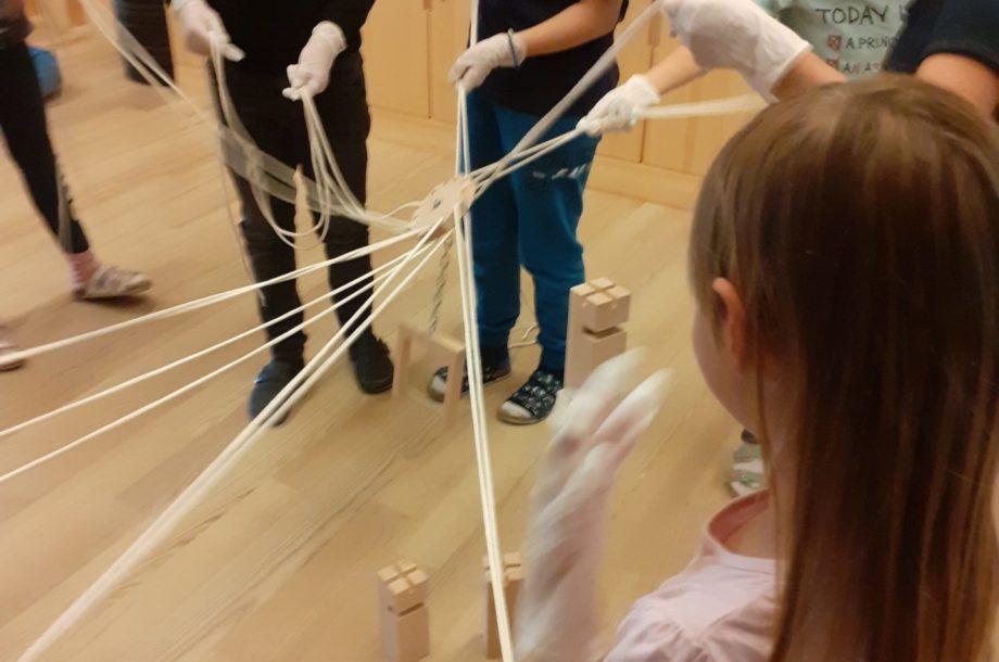 Volksschule Brand: Knifflige Herausforderungen beim Bau eines Fröbelturms