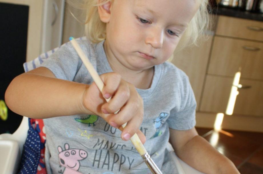 Tageskinder stellen eigenes Kräutersalz her