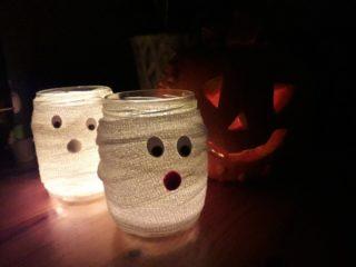 Selbst hergestellte Windlichter für Halloween