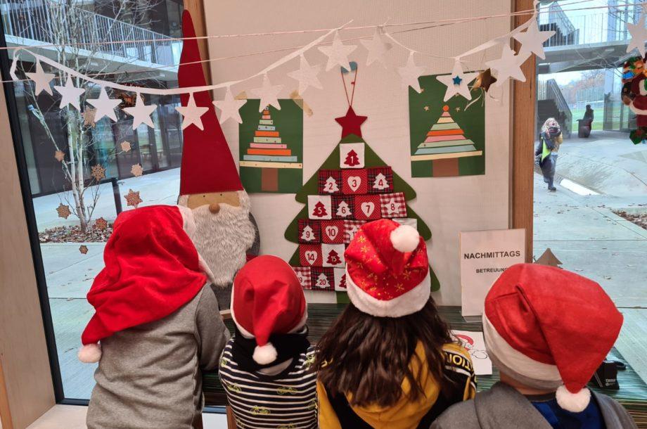 Weihnachtlich inspirierte Kinder in der Schülerbetreuung