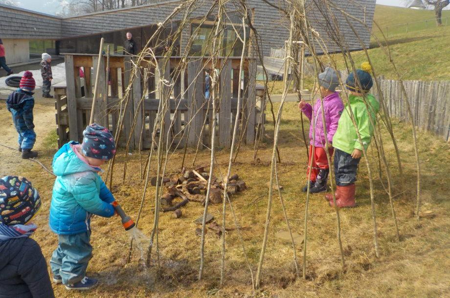 Ein Weidenhaus entsteht im Zwergengarten Langenegg