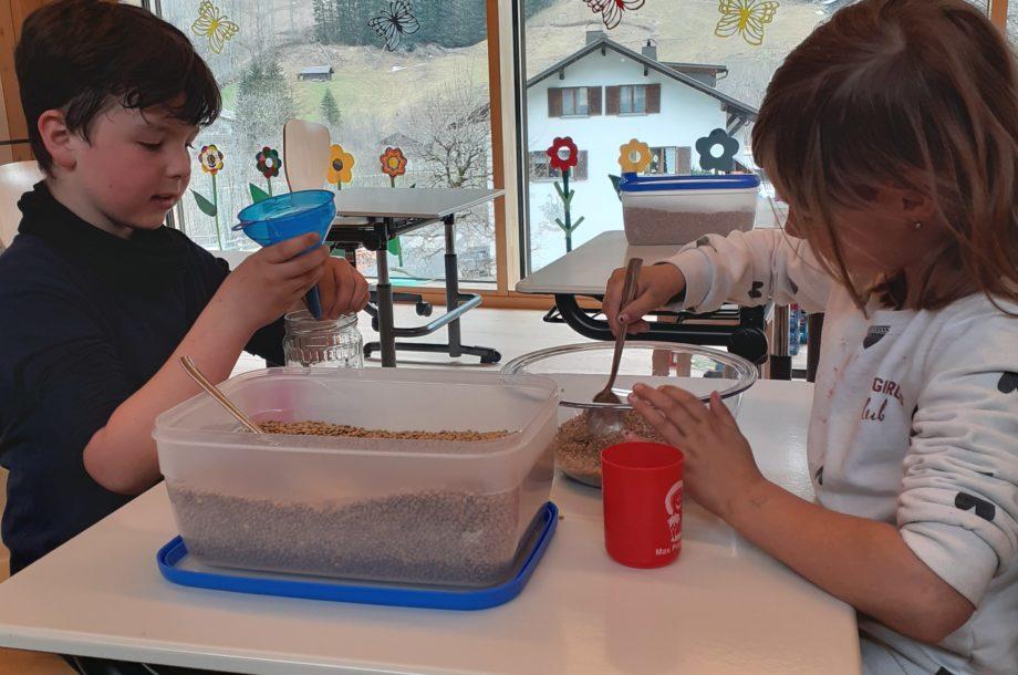 Kreativ-Station mit Linsen in der Schülerbetreuung Brand