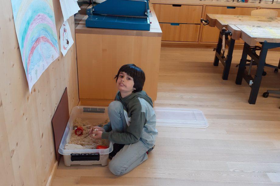 Kreativ-Station Sand in der Schülerbetreuung Brand